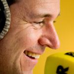 actiefoto van Lodewijk Asscher op campagne bij BNR microfoon